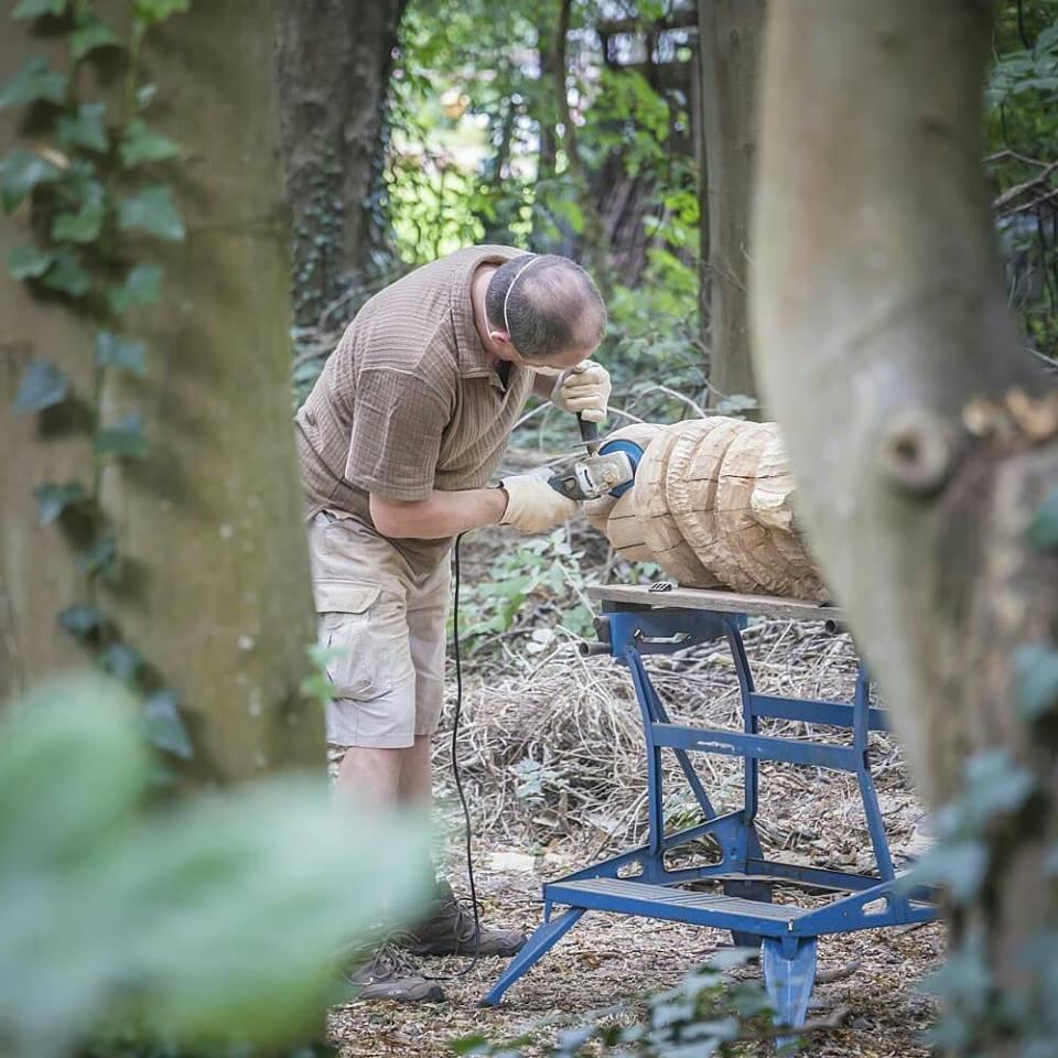 Schleifen der Holzskulptur
